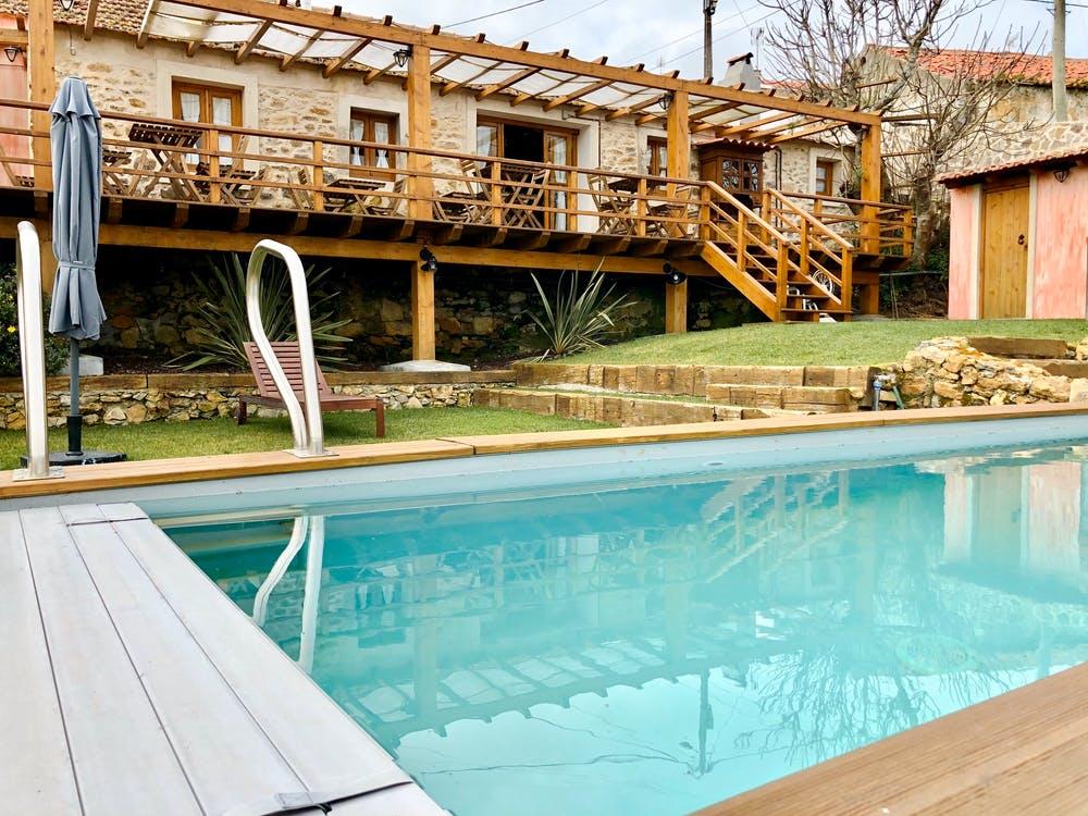 WPC podlaha - obložení kolem bazénu